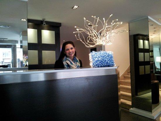 Hotel Denver: Laura , de recepciòn y sus escarapelas