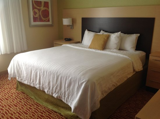 TownePlace Suites Sudbury: King Bed