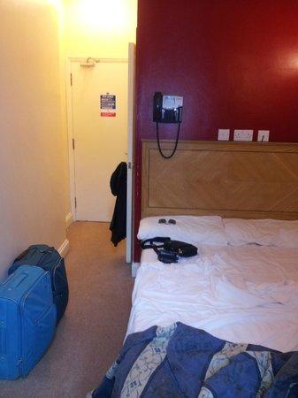 St. Mark Hotel: Camera 5 - accesso (l'altro lato del letto poggia alla parete)