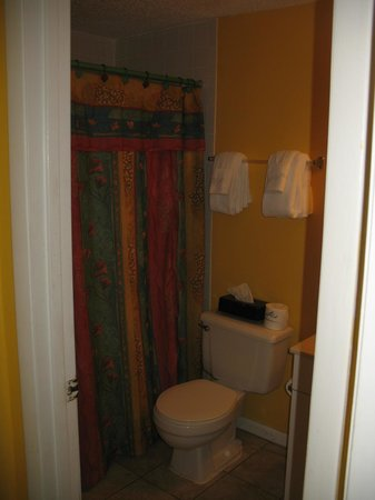 Beach Quarters Resort: Clean bathroom