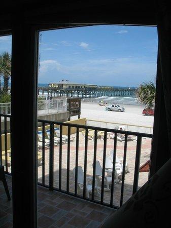 Beach Quarters Resort: pier restaurant