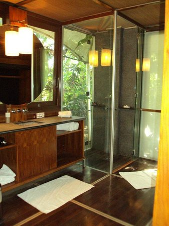 The Fiji Orchid : Bure bathroom. The glass door opens to the outside.