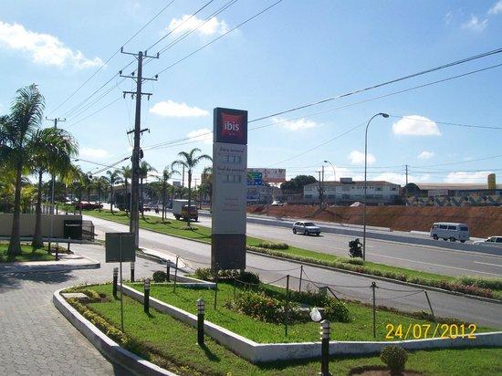 Ibis Vitoria Aeroporto: Estrada à frente do hotel (há um supermercado do outro lado)