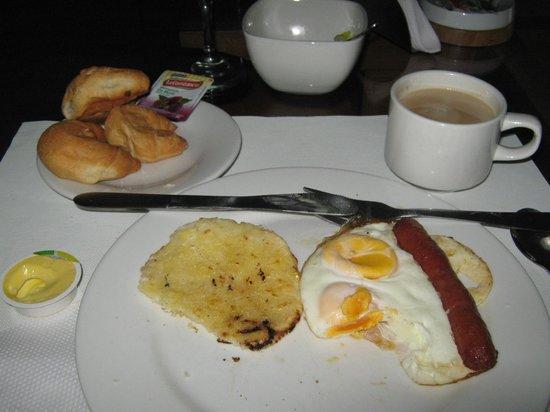 Hotel & Spa Molicie: Desayuno: Huevos fritos enteros con salchicha y la infaltable arepa