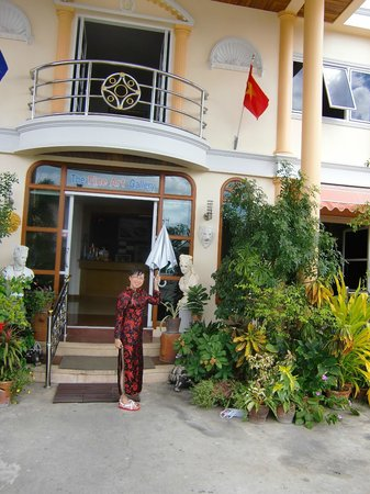 Phadaeng Mansion: Kim pointing to the Vietnam flag at the entrance