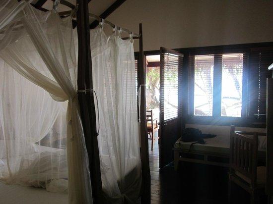 Filitheyo Island Resort: Bungalow (Schlafbereich)