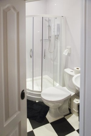 Aristocrat Guest House: En-suite shower room