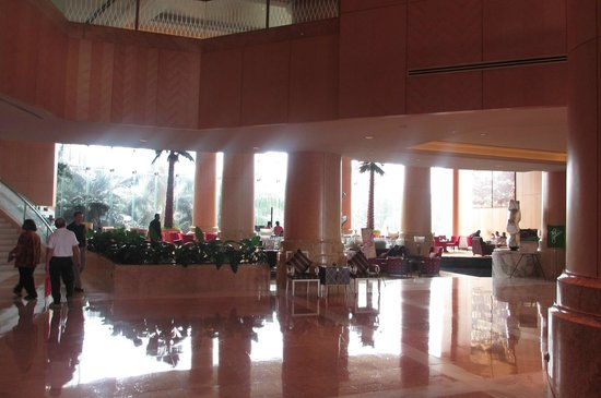 One World Hotel: Huge Lobby