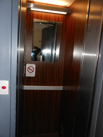 Hotel de la Perdrix Rouge: the Elevator, one person and one suitcase at a time.
