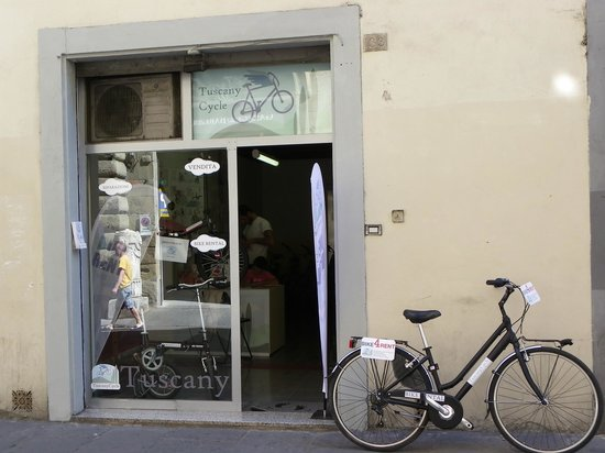 Tuscany Cycle: Davanti al negozio
