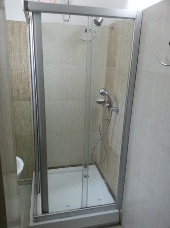 Hotel Lilawati Grand: shower cubicle
