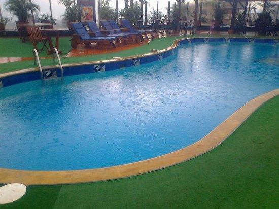 Dann Carlton Bucaramanga: La piscina en día de lluvia