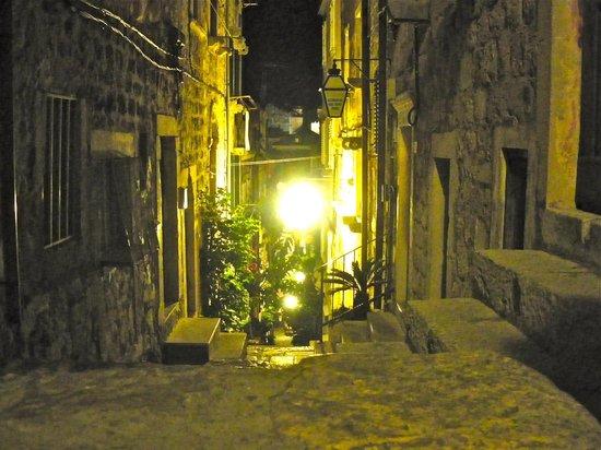 Pavisa Apartments: Vista de la calle desde la puerta del PAVISA.