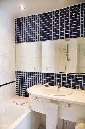 Salle de bain picture of hotel ganale dakar tripadvisor - Hotel salle de bain ...