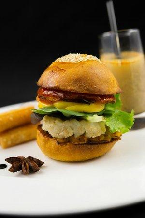 l'Aromat : Hamburger de bouillabaisse, ses frites en panisse et soupe de poissons en verrine