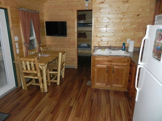 Yellowstone Koa Mountainside : Tight dining area