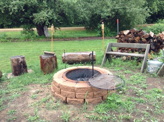Village Inn Motel: Beautiful Fire Pit/Cooking Area