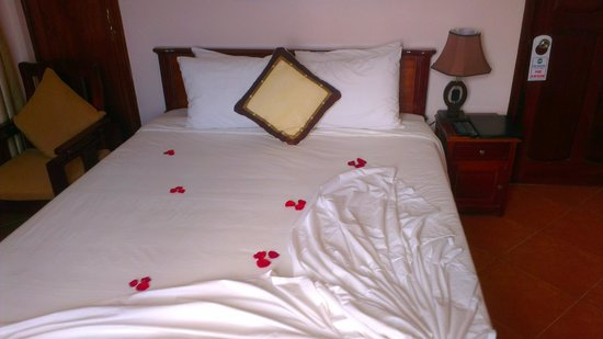 Holiday Diamond Hotel: Welcome bed