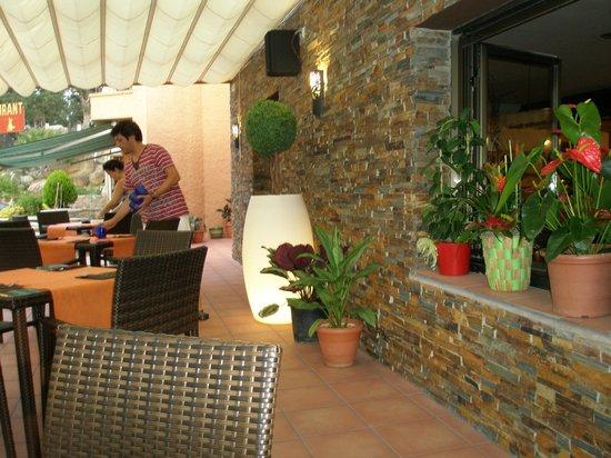 Cantallops, España: La terrasse du restaurant  CAN PAU
