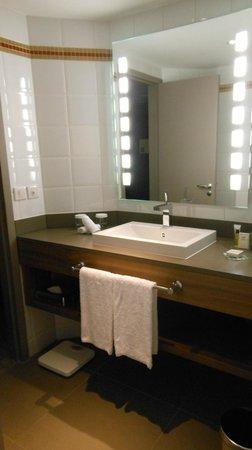 Hilton Paris La Defense: Bagno moderno e pulito