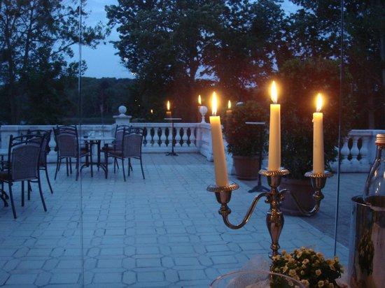 Schlosshotel Groß Plasten: Blick auf Terasse und See
