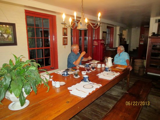 Mouton Plantation Bed & Breakfast: Breakfast in the main house - Mr. V. on the right