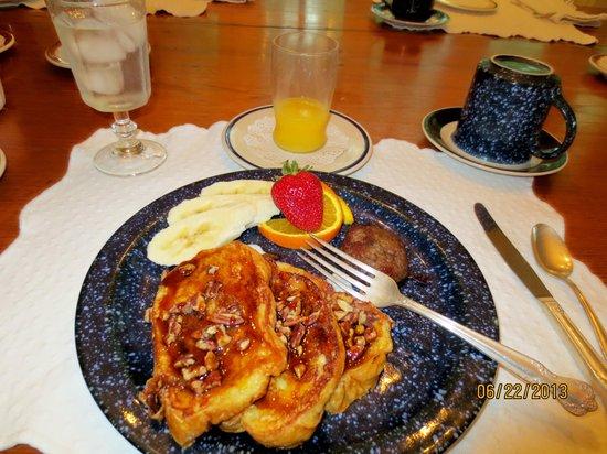 Mouton Plantation Bed & Breakfast: Cajun French toast breakfast!