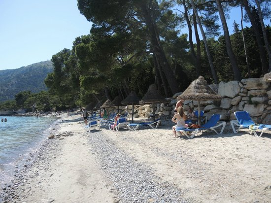 Barcelo Formentor: Long strip of rocks and pebbles along the beach