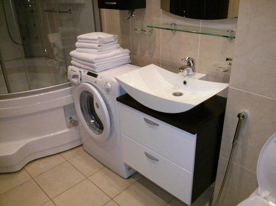 Sharf Hotel: Bathroom equipped with washing machine