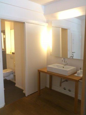 Hotel Restaurant Baseltor: Sink and bathroom