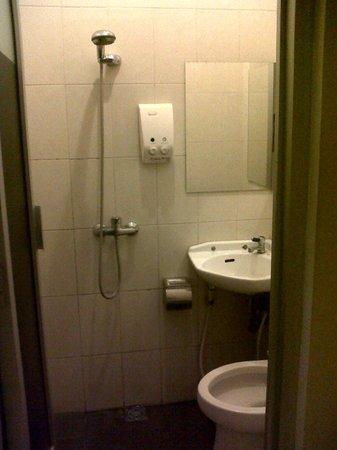 Hotel Poncowinatan: Kamar mandi