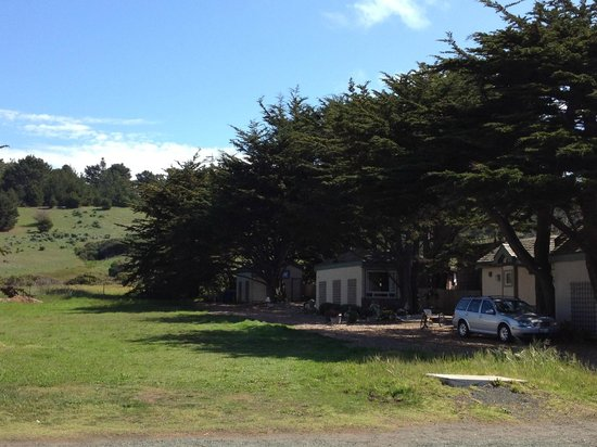 Moonstone Cottages: The view on the other side (field next door to the cottages)