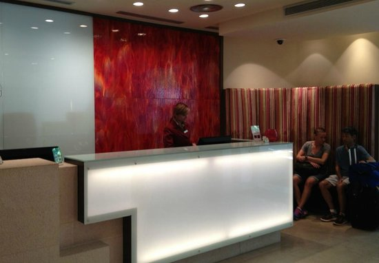 K+K Hotel Picasso: Entrance lobby with stunning red sheet glass backdrop