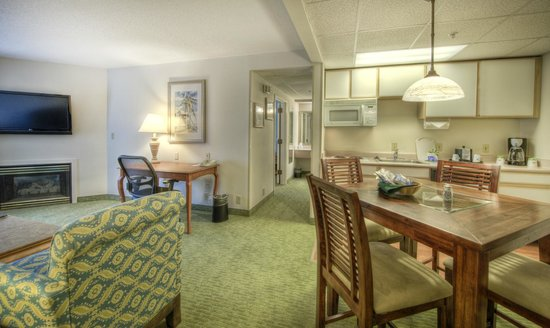 Hampton Inn & Suites Wilmington/Wrightsville Beach: King suite with kitchen