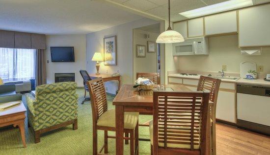 Hampton Inn & Suites Wilmington/Wrightsville Beach: Fireplace suite with kitchen