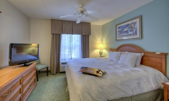 Hampton Inn & Suites Wilmington/Wrightsville Beach: King suite bedroom