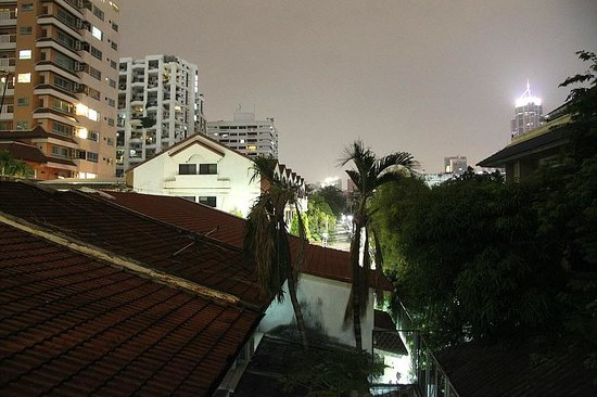 Sawasdee Hotel @ Sukhumvit Soi 8: facing the back lane from the balcony at night
