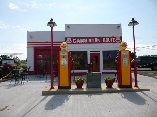 Galena, KS: Service Station from Cars