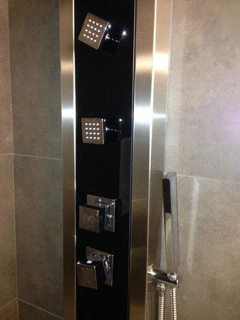 Victoria Inn: Bathroom shower!