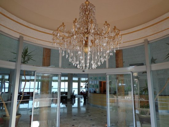 Charisma De Luxe Hotel: Entrance to the lobby