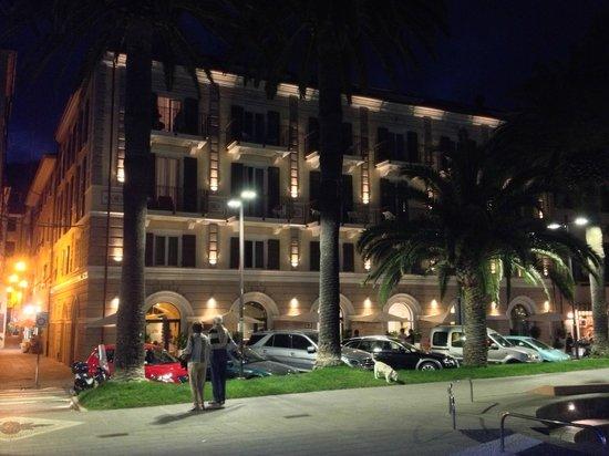 Hotel San Pietro Palace: Aussenansicht bei Nacht