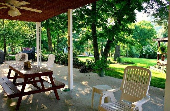 River Ridge Inn: Patio of Lodge