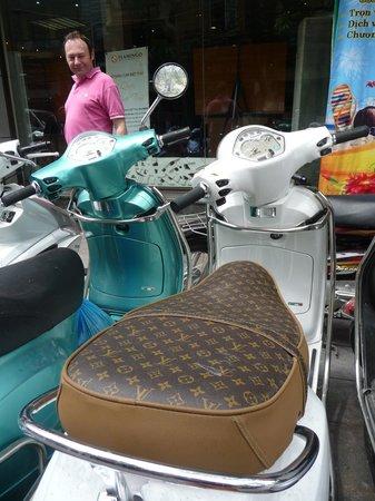 """Golden Lotus Boutique Hotel: """"parking""""  devant l'hôtel"""
