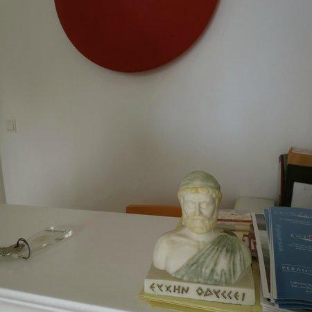 Perantzada 1811 Art Hotel: La recepción, Ulisea (Odiseo) siempre presente.
