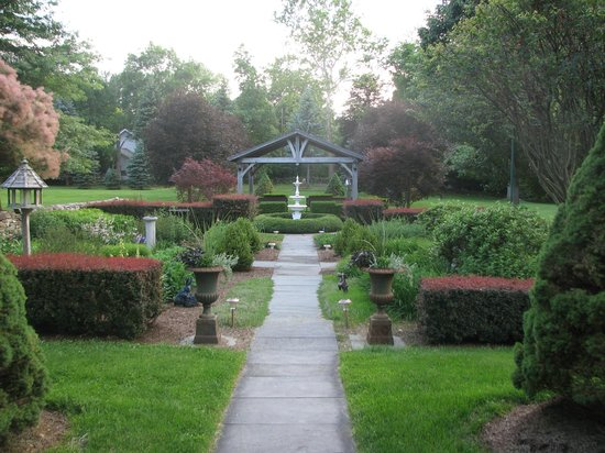 Bykenhulle House B&B: Gazebo and Garden