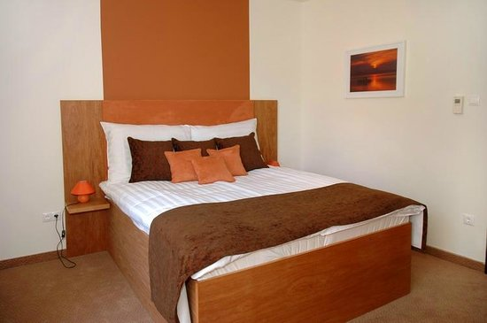 Bliss Hotel And Wellness : Brown room, bedroom