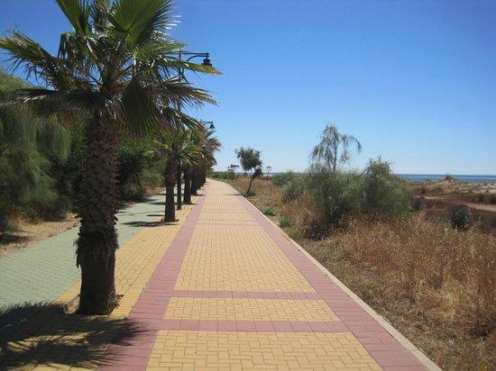 IBEROSTAR Isla Canela Hotel: Promenade close to hotel