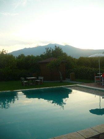 Agriturismo Galea: panorama dell'Etna dalla piscina