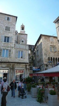 City Clock : Fast versteckt im Stadt-Gewimmel