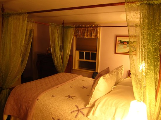 The 1750 Inn at Sandwich Center : Dreamy Lottie Chipman Rm at night- so comfortable.